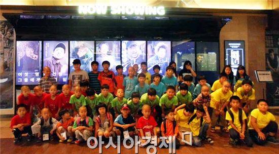 장성군 서삼초등학교(교장 김흥수) 전교생 47명이 아주 특별한 도시나들이를 나서 영화관에서 기념촬영을 하고있다.