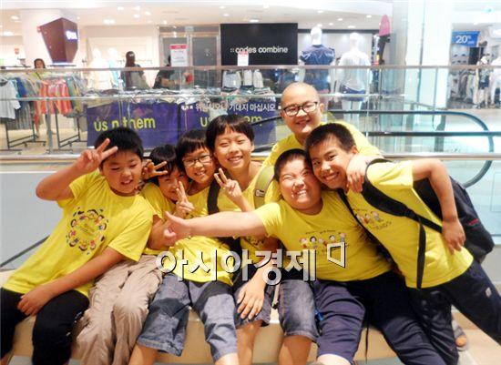 장성군 서삼초등학교(교장 김흥수) 전교생 47명이 아주 특별한 도시나들이를 나서 즐겁게 기념촬영을 하고있다.