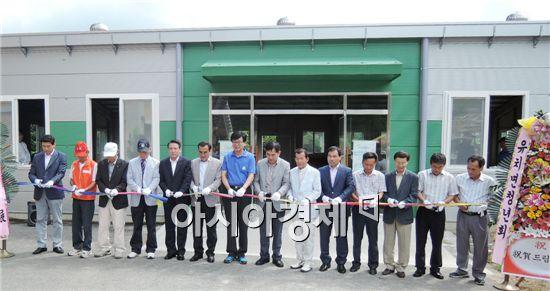 장흥군은 유치면에 전천후 게이트볼장을  준공했다. 이날 김 성 장흥군수, 문재춘 유치면장 등 참석자들이 준공 테이프를 자르고 있다.