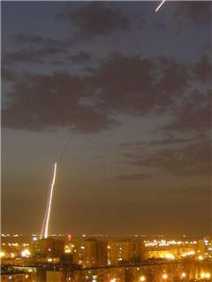 아이언돔이 발사한 요격 미사일이 목표물을 향해 날아가고 있다. 사진=위키피디아