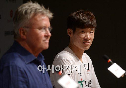 K리그 올스타전 기자회견에 참석한 박지성(오른쪽)과 거스 히딩크 감독[사진=김현민 기자]