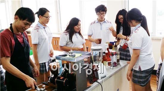 학생들이 바리스타(에스프레소와 카페라떼 만들기) 직업의 세계를 체험하고있다.