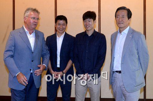 [포토]두 손 공손히 모은 이영표-박지성
