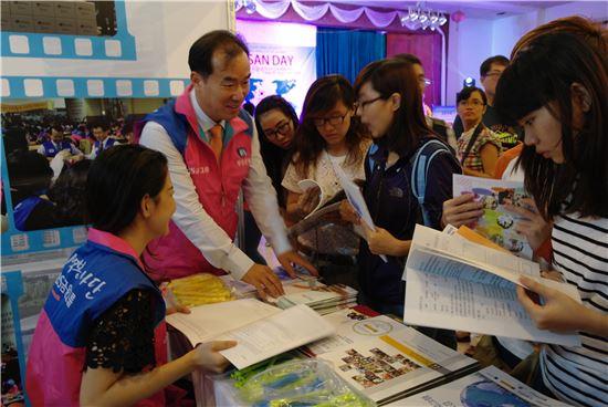 부산은행 관계자들이 25일 베트남 호치민시에서 부산지역 사립대학 유학설명회를 진행하고 있다. (사진제공=부산은행)