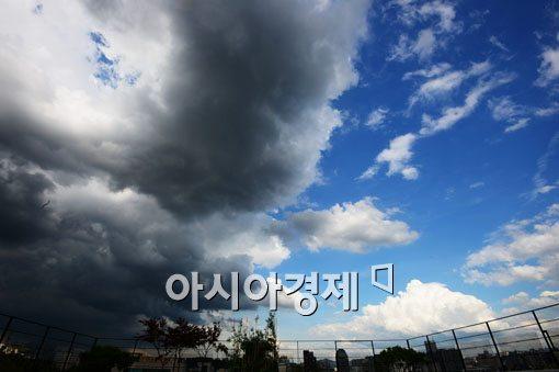 [포토]먹구름 반 하얀 구름 반