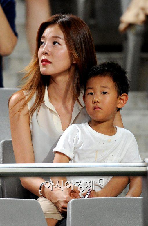 [포토]김성은,'아들과 함께 남편 응원왔어요'