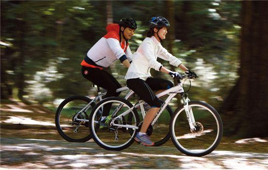 여름을 맞아 자전거를 타고 있는 사람들.