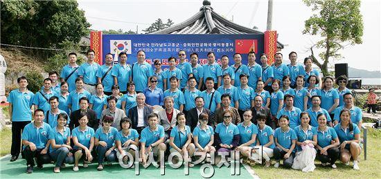 고흥군(군수 박병종)의 우호교류 도시인 중국 광서장족자치구 동흥시 정부대표단 10명과 시민교류단 54여명이 지난 25일부터 27일까지 2박3일의 일정으로 고흥군을 방문했다.