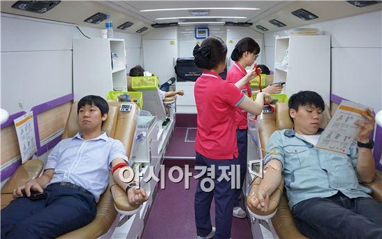 '2014 사랑나눔 헌혈캠페인'에 참여하고 있는 종근당 임직원들