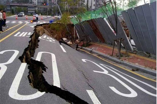 인천시 중구 영종하늘도시 의문의 구덩이 싱크홀 발견. 인근 도로 붕괴(사진=인천소방안전본부 제공)