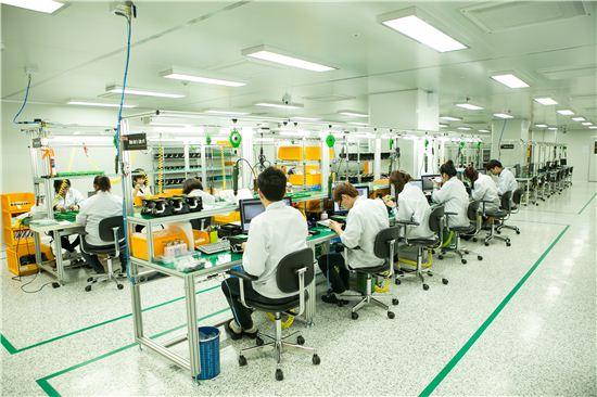 경기도 성남시 상대원동에 위치한 슈프리마 공장 '바이오팩토리'에서 직원들이 라이브스캐너(지문등록스캐너) 제품인 '리얼스캔'을 조립하고 있다.