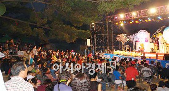 해남군(군수 박철환)이 가학산 자연휴양림에서 한 여름밤 연극같은 무대를 꾸민다.