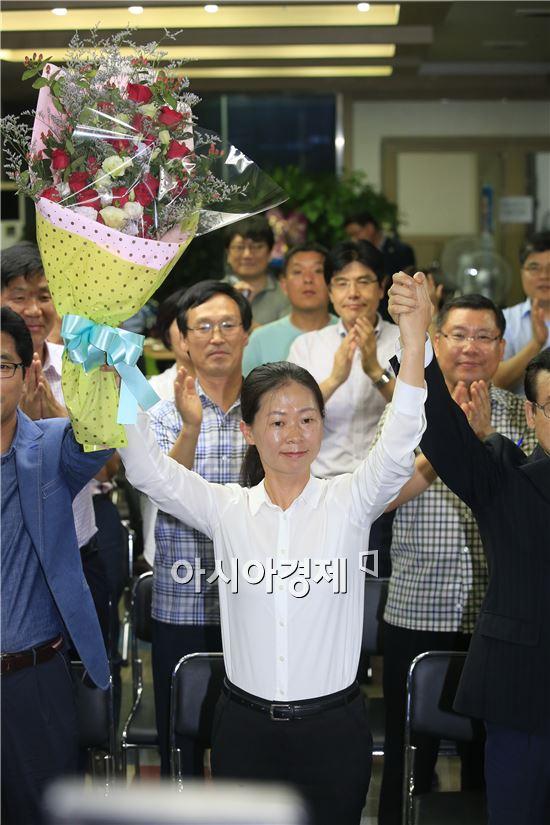 7·30 광주 광산을 국회의원 보궐선거에서 당선된 권은희(40) 후보가 30일 오후 광주 광산구 수완동 선거캠프에서 지지자들과 함께 기뻐하고 있다. 사진제공=권은희 후보측