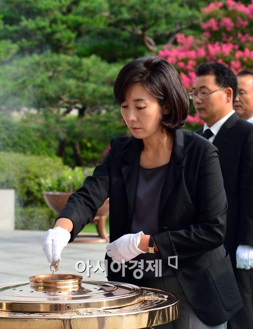 [포토]분향하는 나경원 국회의원 당선인