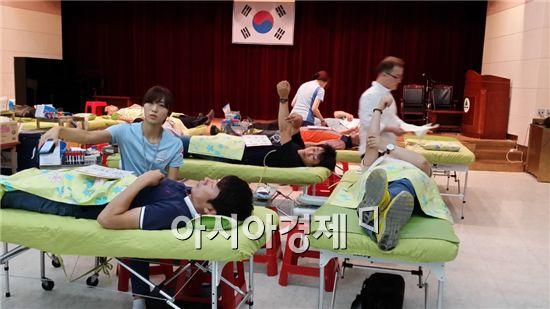 해남군(군수 박철환)은 지난 29일 문화예술회관 다목적실에서 군민들의 큰 참여 속에 하절기 헌혈 행사를 실시했다.