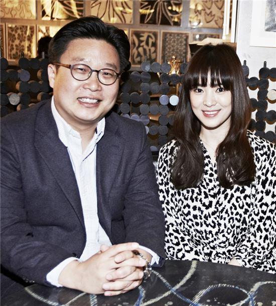 한국 홍보 전문가 서경덕 교수(왼쪽)와 배우 송혜교