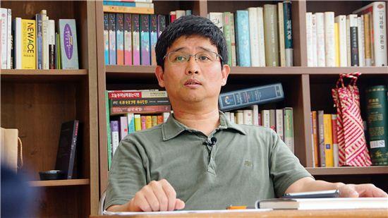 """'대중의 철학화'를 주장한 '자기배려의 인문학'의 저자 강민혁 씨는 """"앞으로 허준의 '동의보감'을 완독하는 것이 목표""""라고 말했다."""