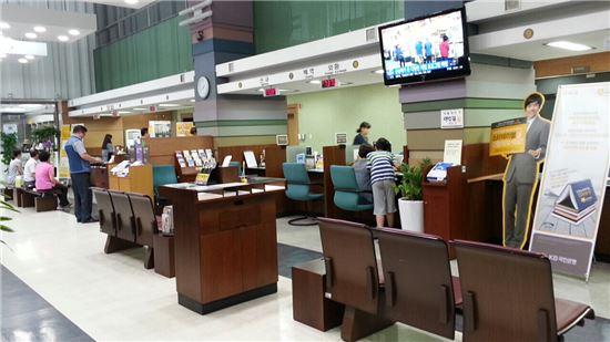 주택담보인정비율(LTV)과 총부채상환비율(DTI) 규제 완화가 시행된 1일 오후 국민은행 대치동지점 전경.