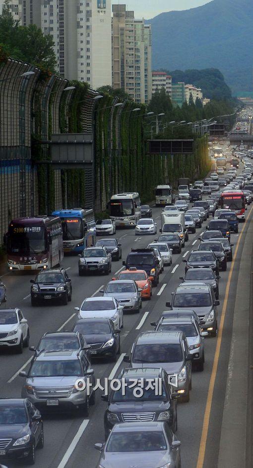 휴가철 붐비는 고속도로 (위 사진은 본 기사와 직접적인 연관 없음)