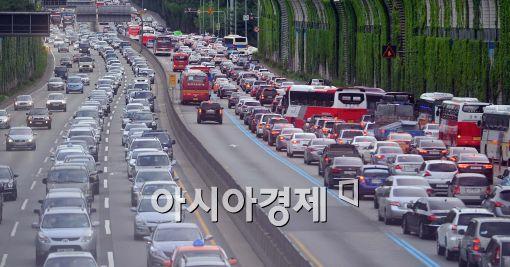 추석 연휴가 시작되면서 고속도로 교통상황에 대한 관심이 집중되고 있다.