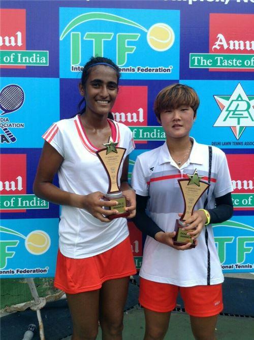 1일 뉴델리 서키트 테니스 2차 대회에서 여자 복식 우승을 차지한 김다빈(오른쪽)과 루트자 보사르(인도)가 우승트로피를 들고 포즈를 취하고 있다.[사진 제공=대한테니스협회]