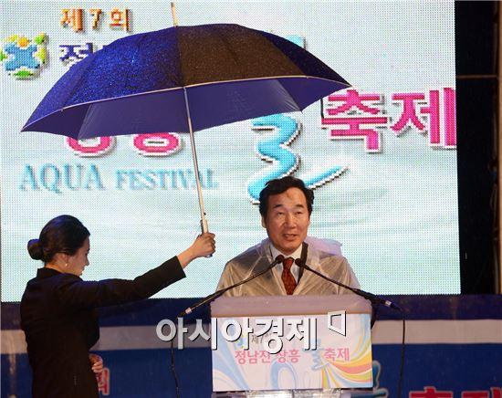 이낙연 전남도지사가 1일 정남진 장흥 물축제 개막식에 참석 축사를 하고 있다.