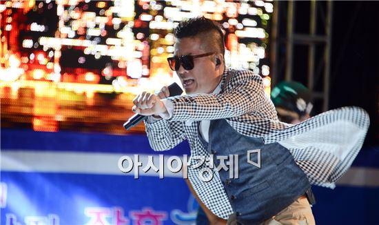 개막식에 초청된 가수 김건모가 정남진 장흥 물축제장  탐진강에 마련된 특설무대에서 열창을 하면서 정남진 장흥 물축제를 한층 고조시켰다.