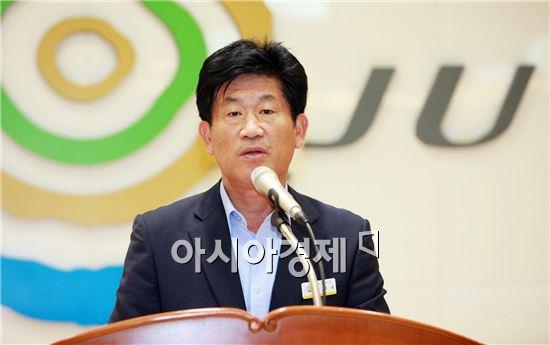 강인규 나주시장이 1일 가진 8월중 정례회의에서 속도감 있는 업무 추진을 당부하고 있다.