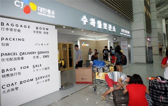 CJ대한통운은 휴가철을 맞아 인천, 제주, 김해 등 각 공항에서 운영중인 수하물보관소에 국내외 관광객들의 이용이 증가하고 있다고 4일 밝혔다.  CJ대한통운 인천 공항 수하물보관소 앞에서 이용을 위해 줄을 서 있는 여행객들.