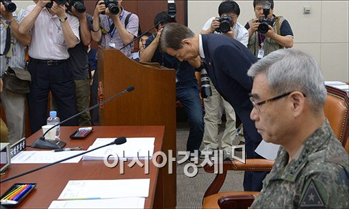 [포토]고개숙인 한민구 국방장관