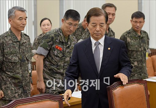 [포토]긴급 현안보고 출석하는 한민구 장관