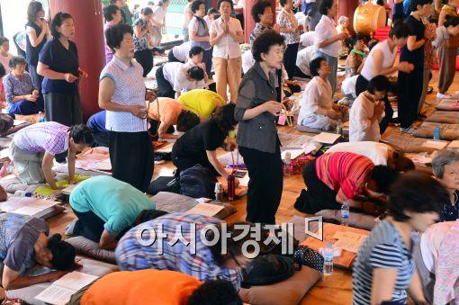 [포토]수능 기도를 위해 모인 어머니들