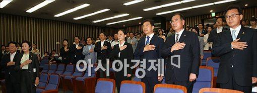 [포토]국민의례하는 재보궐당선자