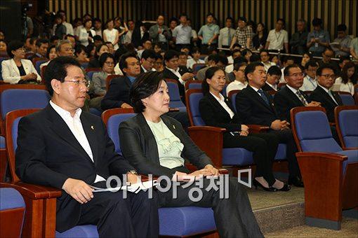 4일 열린 새정치민주연합 의원총회에서 비상대책위원장으로 추대된 박영선 당 대표 직무대행(오른쪽).