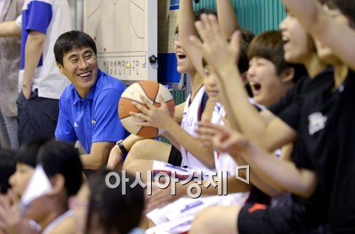 [포토]이상민 감독,'아이들과 함께 활짝 핀 꽃미소'