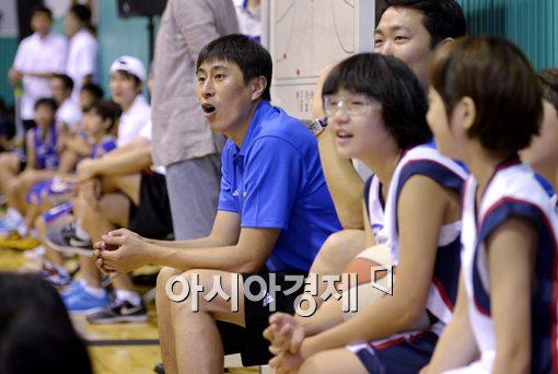 [포토]유소년 농구 실력에 놀라는 이상민 감독