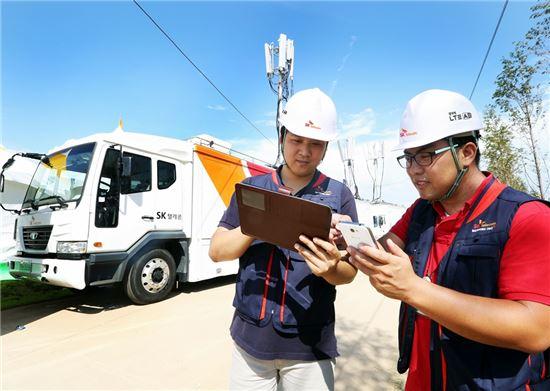 ▲SK텔레콤 직원들이 트래픽이 집중되는 휴가철 주요 행락지에서도 고객들이 기존 LTE 대비 3배 빠른 '광대역 LTE-A'를 보다 원활히 이용할 수 있도록 이동기지국을 점검하고 있다. SK텔레콤은 '광대역 LTE-A' 서비스가 가능하도록 이동 기지국 업그레이드를 완료했다고 5일 밝혔다.