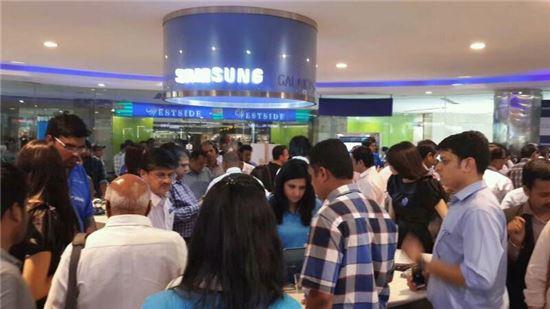 지난 4월 삼성 갤럭시S5 출시 당시 인도 시장 모습