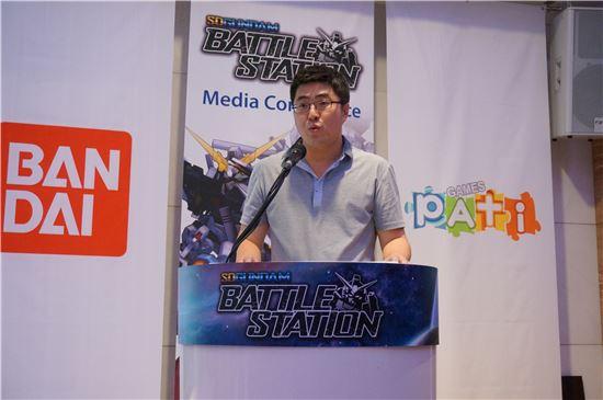 이대형 파티게임즈 대표가 5일 양재동 엘타워에서 열린 'SD건담 배틀스테이션' 공개 간담회에서 게임 출시 일정에 대해 설명을 하고 있다.