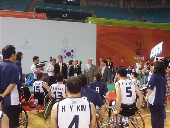 김장실 새누리당 의원이 휠체어농구 국가대표 선수들을 격려하고 있다.[사진=대한장애인농구협회 제공]