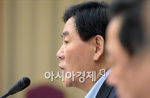 """[세법개정]최경환 """"조세정책도 과감하고 공격적으로 운영할 것""""(상보)"""