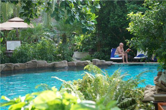 다낭의 푸라마리조트 수영장에서 한낮의 더위를 피하고 있는 관광객.