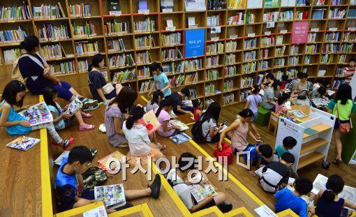 [포토]방학 맞은 어린이들과 학부모들, 서울시 도서관에서 독서 삼매경