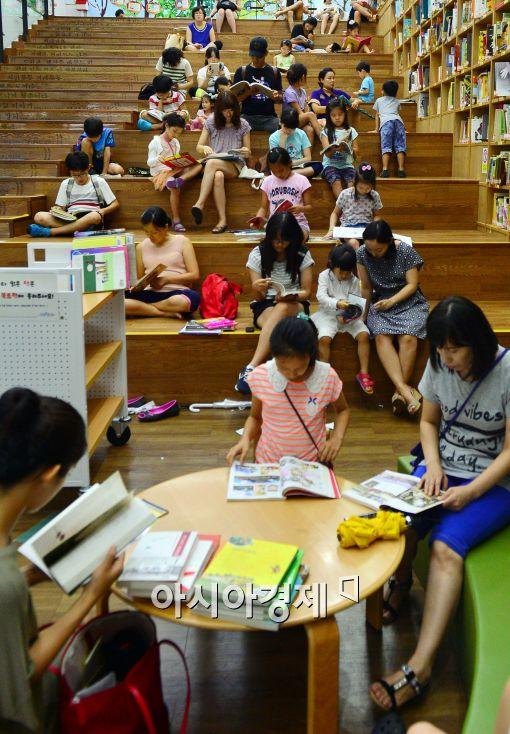 [포토]도서관 찾은 학부모와 어린이들