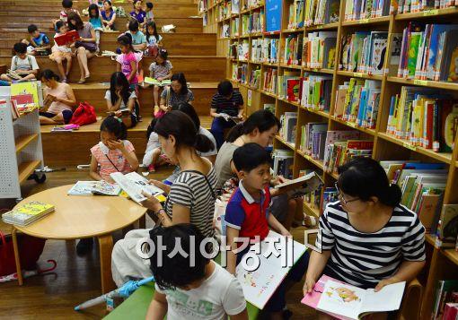 [포토]여름 날씨 잊고 도서관에 독서 삼매경