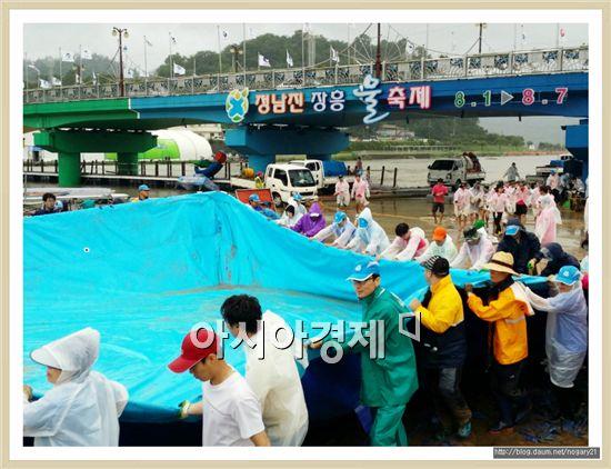 태풍 나크리의 영향으로 장흥 물축제장이 범람하자 공무원, 군민 등 2500여명이 참여해 축제 행사장을 긴급복구 했다.
