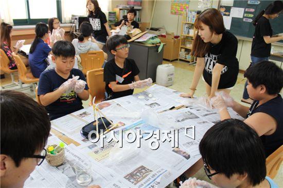 고창군장학재단은 5일부터 8일까지 3일간 고창초등학교에서 관내 초중학생을 대상으로 서울대 자연과학대학 하계과학캠프를 운영했다.