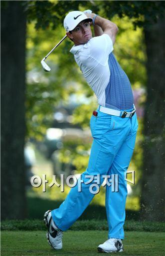 로리 매킬로이가 PGA챔피언십 연습라운드 도중 아이언 샷을 하고 있다. 루이스빌(美 켄터키주)=Getty images/멀티비츠