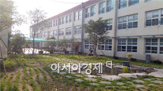 해남군(군수 박철환)이 해남동초등학교에 국비와 군비 6천만원을 투입해 학교숲을 조성했다.