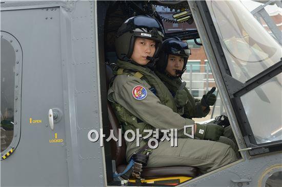 양 소령(헬기조종석 오른쪽)이 지난 6월부터 8주간 정조종사 교육과정을 마치면서 처음으로 부부 조종사가 탄생했다.